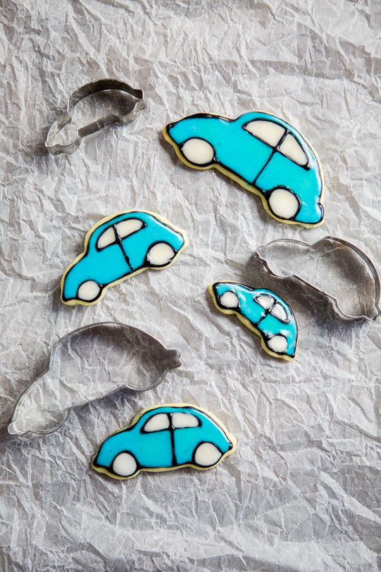 I don't have great motor skills but with this frosting I managed to make pretty car cookies without too much fuss. If you're looking for more car-inspired recipes and tutorials, make sure to visit the Food Bloggers for Volkswagen board https://www.pinterest.de/volkswagen/food-bloggers-for-volkswagen/
