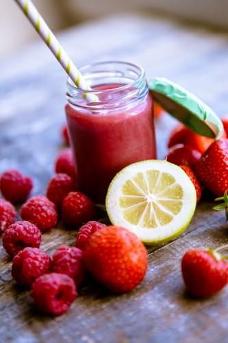 Erdbeer-Himbeer-Rhabarber-Smoothie