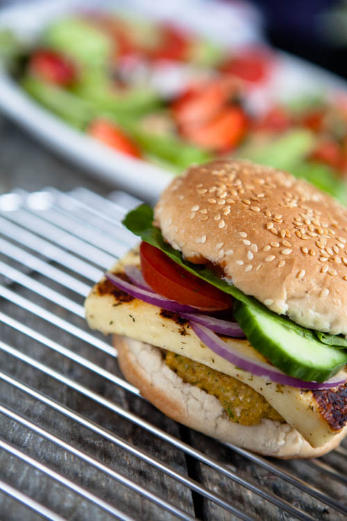 Falafel-Grillkäse-Burger und Erdbeer-Avocado-Salat - kuechenchaotin.de