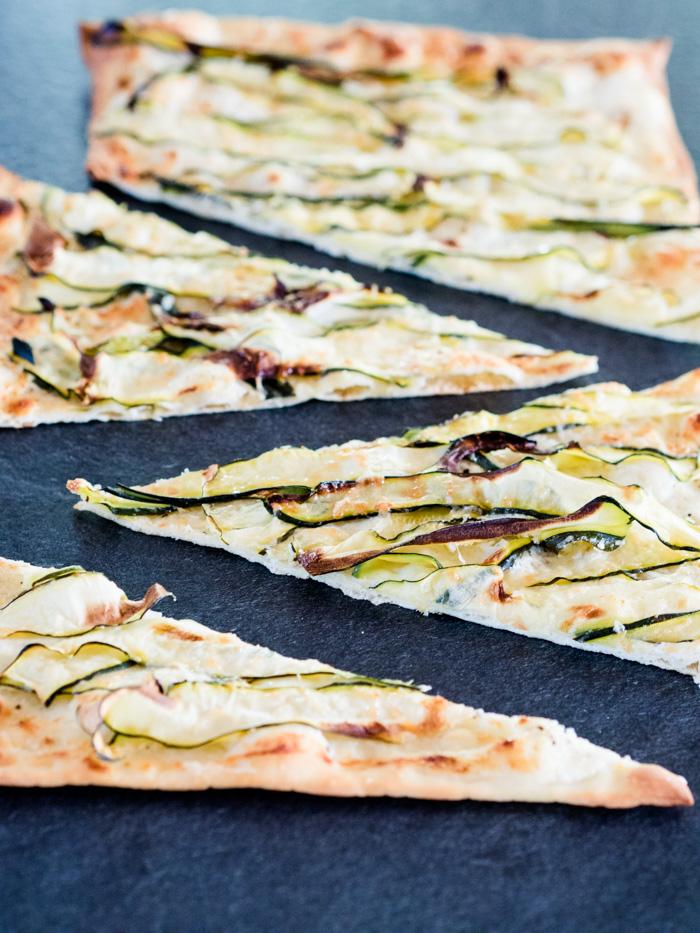 Flammkuchen mit Zucchini, Ziegenkäse und Zitrone - www.kuechenchaotin.de