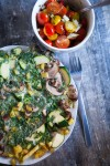 Fruehlings-Kraeuteromelette mit buntem Tomatensalat
