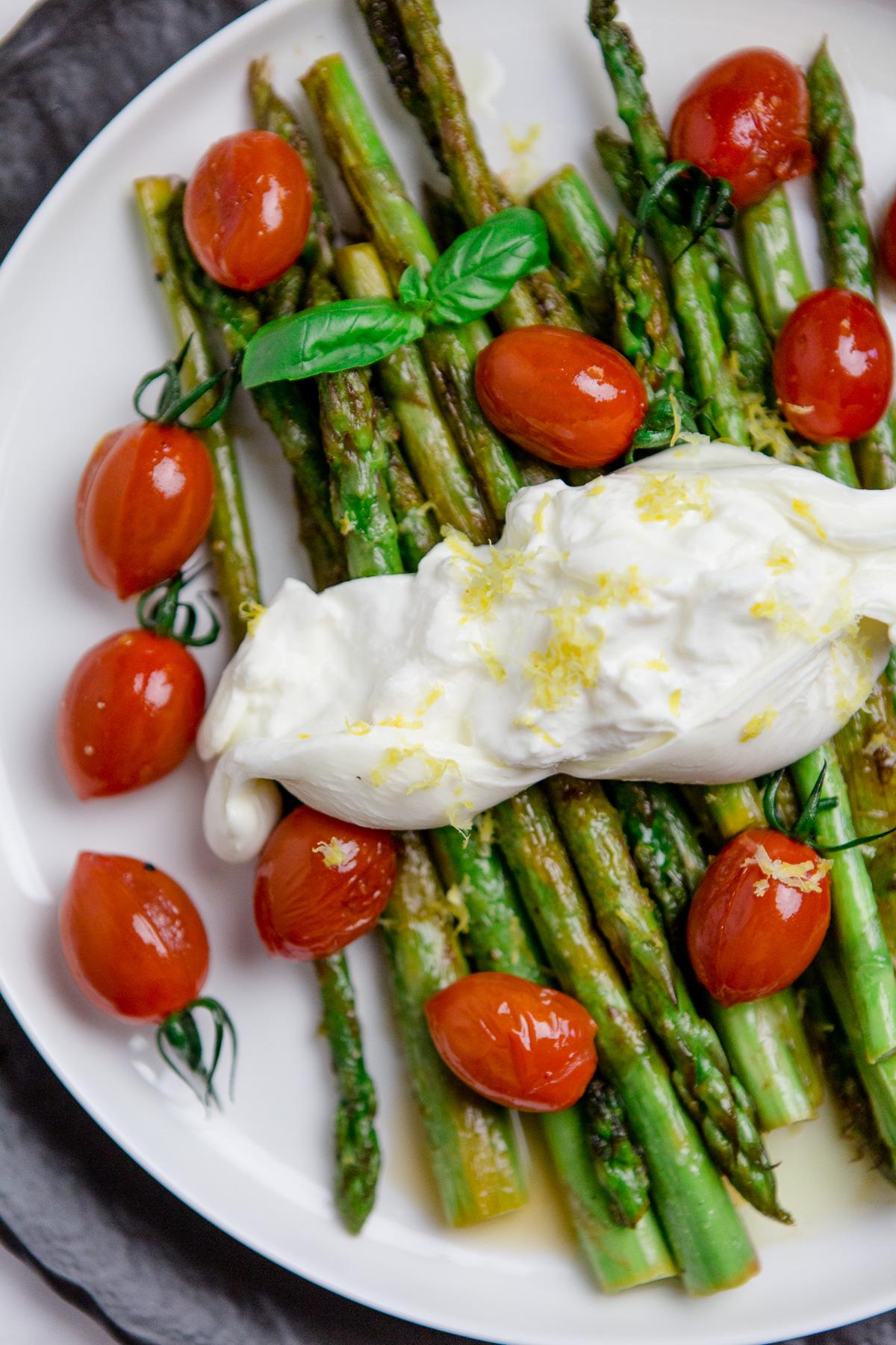 Gebratener Spargel mit Tomaten und Zitronen-Burrata - https://kuechenchaotin.de