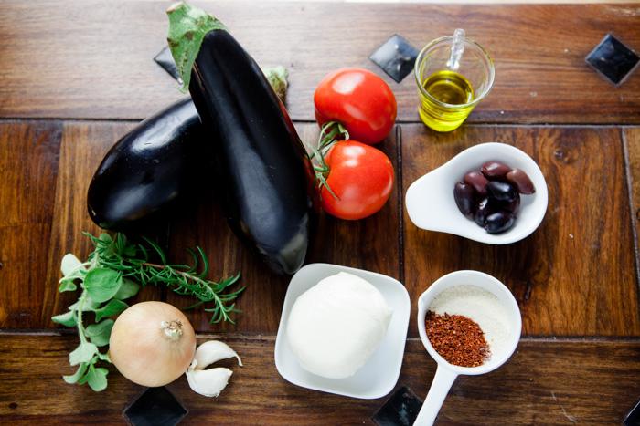 Gefuellte Auberginen mit Tomaten, Oliven und Mozzarella - www.kuechenchaotin.de