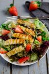 Grill-Salat mit Erdbeeren, Avocado und gebratenem/gegrillten Halloumi - wenn's abends mal schnell gehen soll