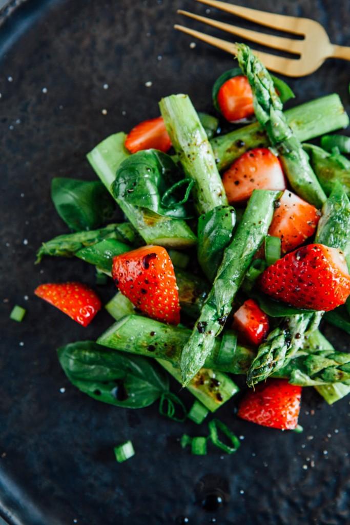 gr ner spargelsalat mit erdbeeren und basilikum auf den