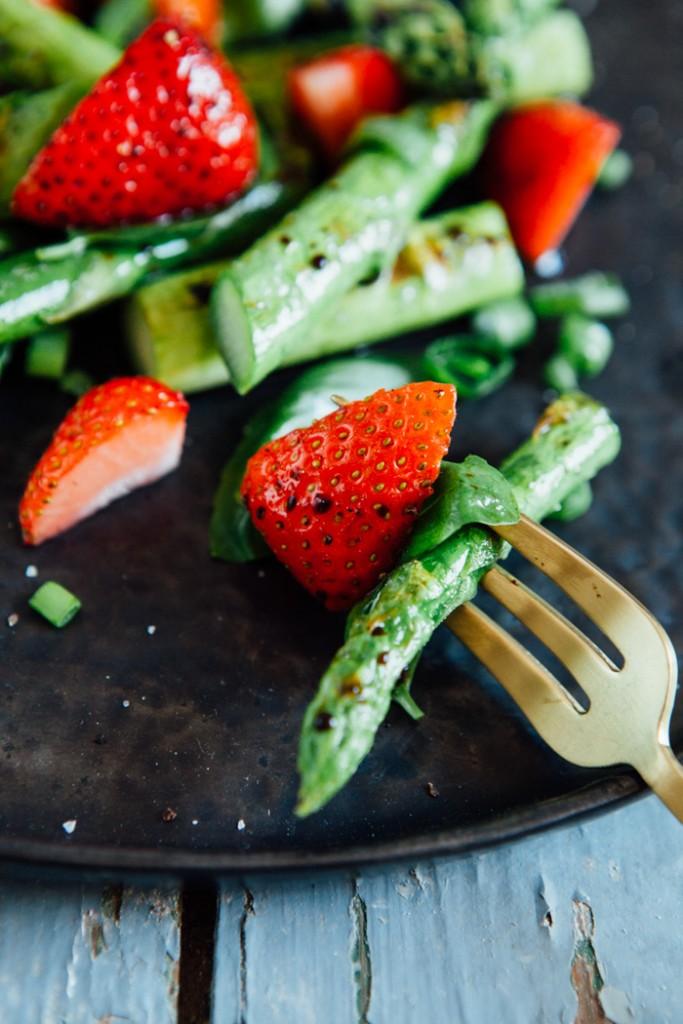 Grüner Spargelsalat mit Erdbeeren und Basilikum - www.kuechenchaotin.de