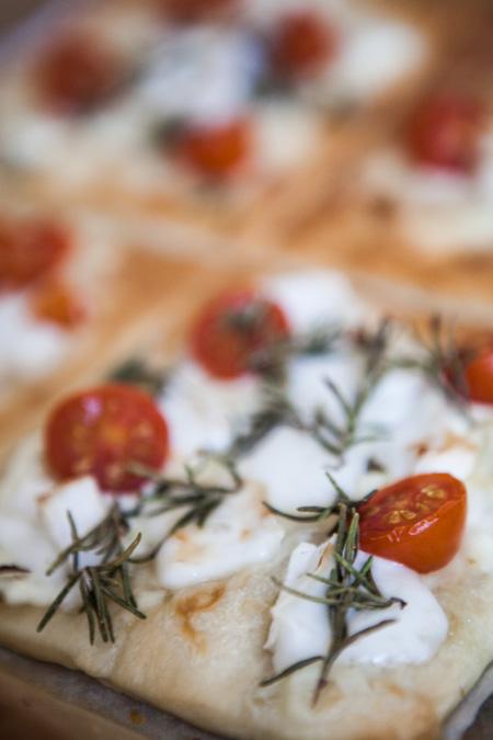 Handpizza mit Ziegenkaese Tomaten und Rosmarin-2