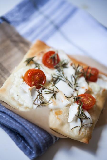 Handpizza mit Ziegenkaese Tomaten und Rosmarin-3