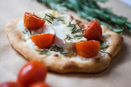 Handpizza mit Ziegenkaese Tomaten und Rosmarin