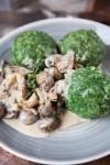Spinatknödel mit Pilzen in Rahmsauce - www.kuechenchaotin.de