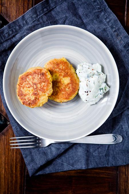 Curry-Kichererbsenbratline mit Gurkenjoghurt-Dip - www.kuechenchaotin.de