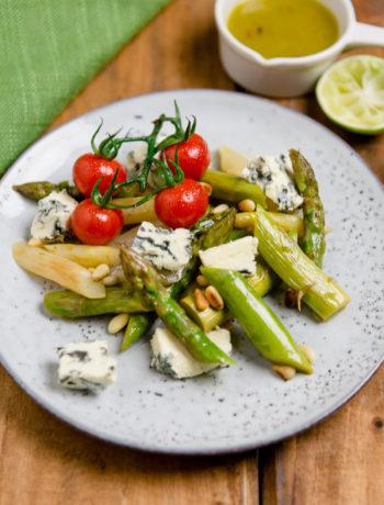 Lauwarmer Spargelsalat mit Blauschimmelkäse und Limettendressing - https://kuechenchaotin.de