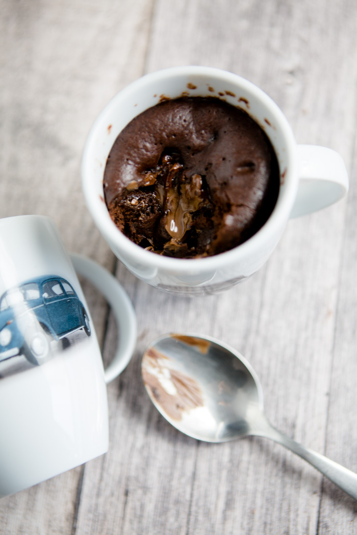 It takes only 5 minutes (baking time included!) to make these moist chocolate mug cakes! A simple and fast recipe. Check out more the collaborative Pinterest board https://de.pinterest.com/volkswagen/food-bloggers-for-volkswagen/ by Volkswagen.