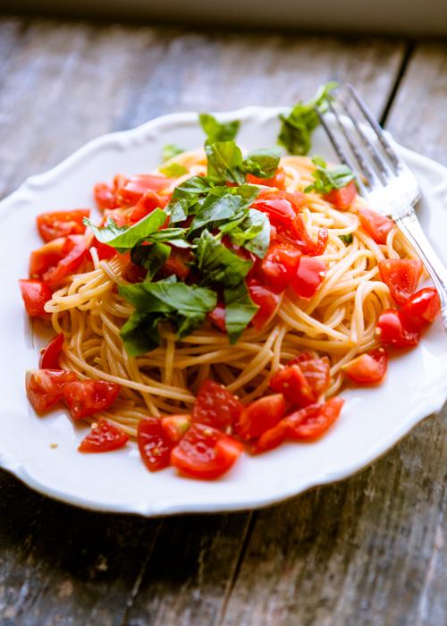 pasta mit tomaten knoblauch und basilikum einfach und genial kuechenchaotin. Black Bedroom Furniture Sets. Home Design Ideas
