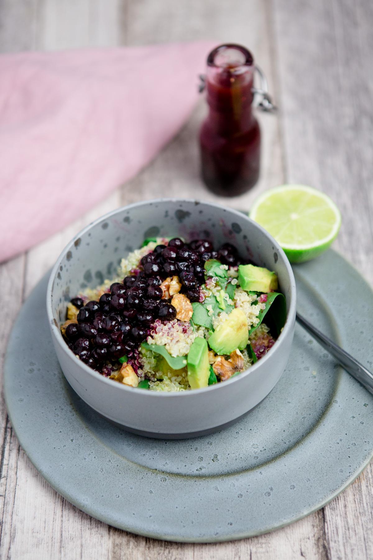 quinoasalat mit wilden blaubeeren spinat avocado und. Black Bedroom Furniture Sets. Home Design Ideas