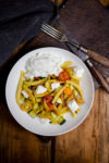 Schupfnudelpfanne mit Gemüse, Feta und Joghurt-Kräutersauce - Ode an den Sommer