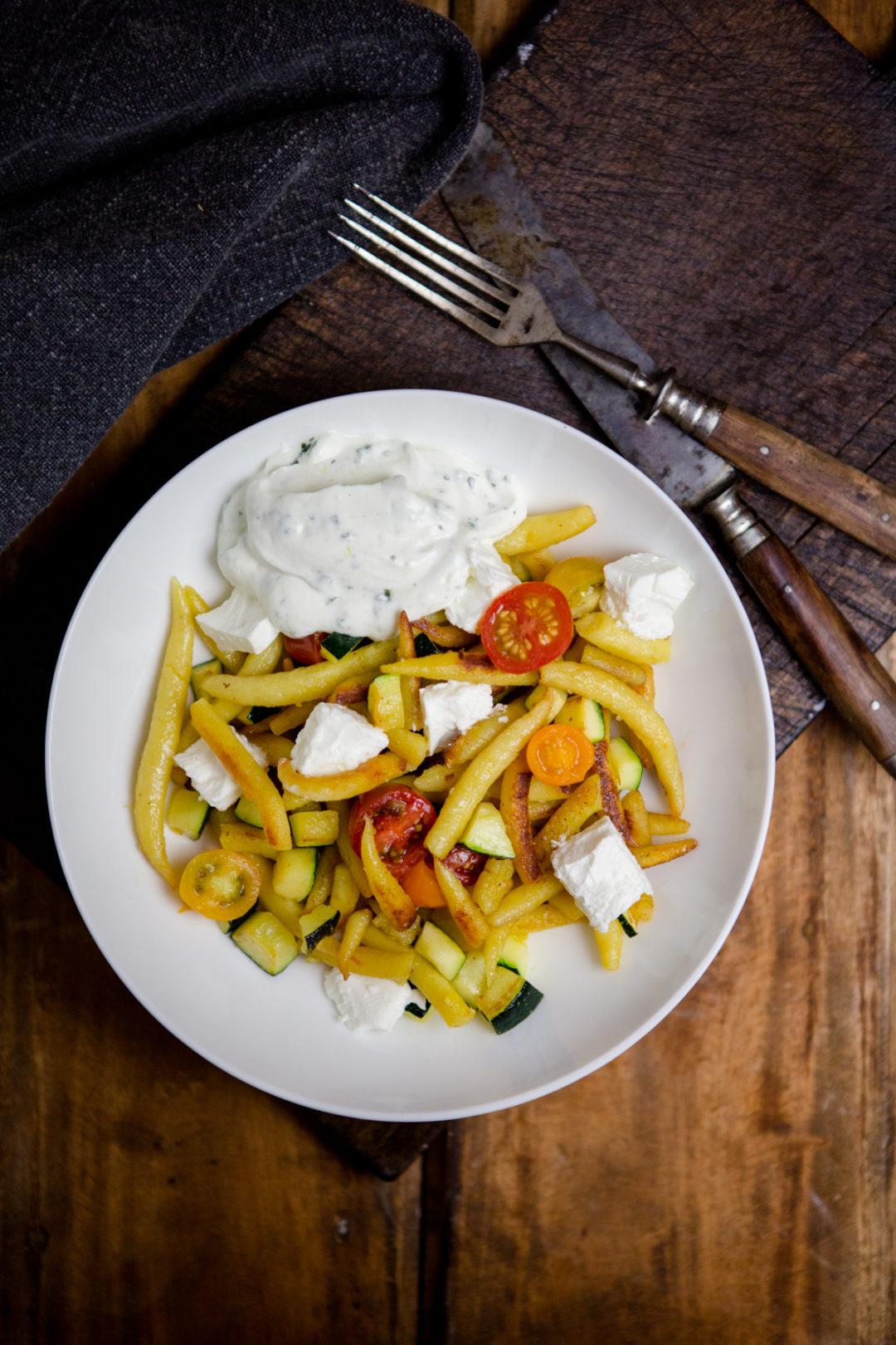 Schupfnudelpfanne mit Gemüse, Feta und Joghurt-Kräutersauce - http://kuechenchaotin.de
