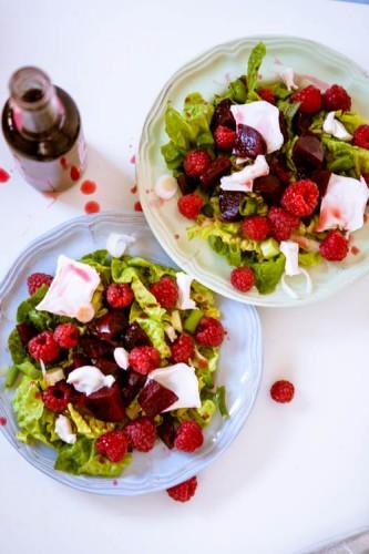 Sommersalat mit roter Bete Himbeeren und Ziegenkaese-2