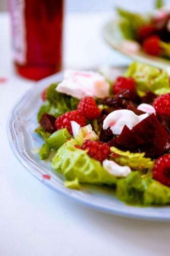 Sommersalat mit roter Bete Himbeeren und Ziegenkaese