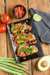 Spargel-Bruschetta mit Avocado und Tomaten - Frühlings-Bruschetta