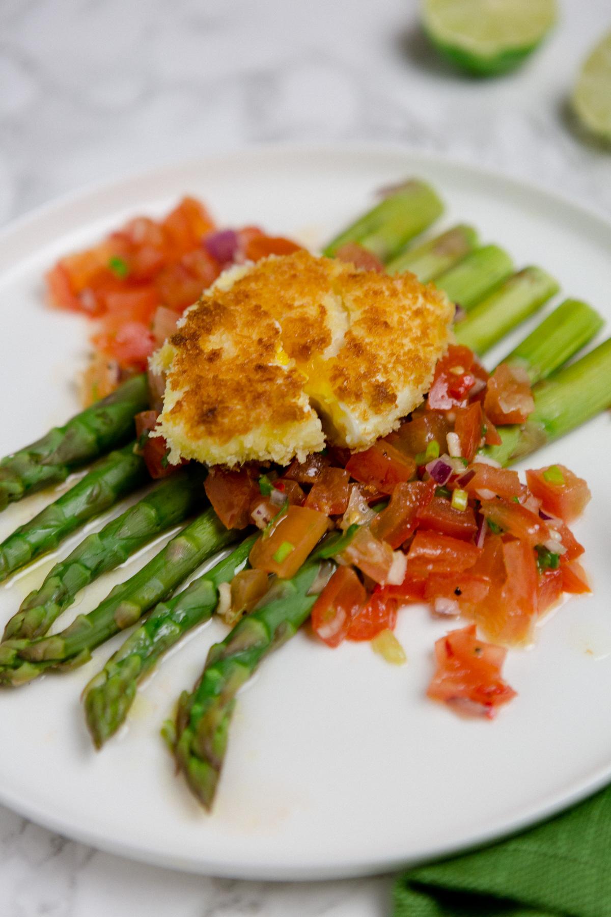 Spargel mit Tomaten-Salsa und paniertem Ei - https://kuechenchaotin.de