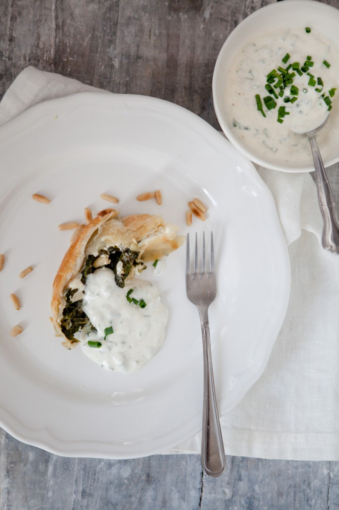 Spinat-Feta-Strudel mit Joghurtsauce - www.kuechenchaotin.de
