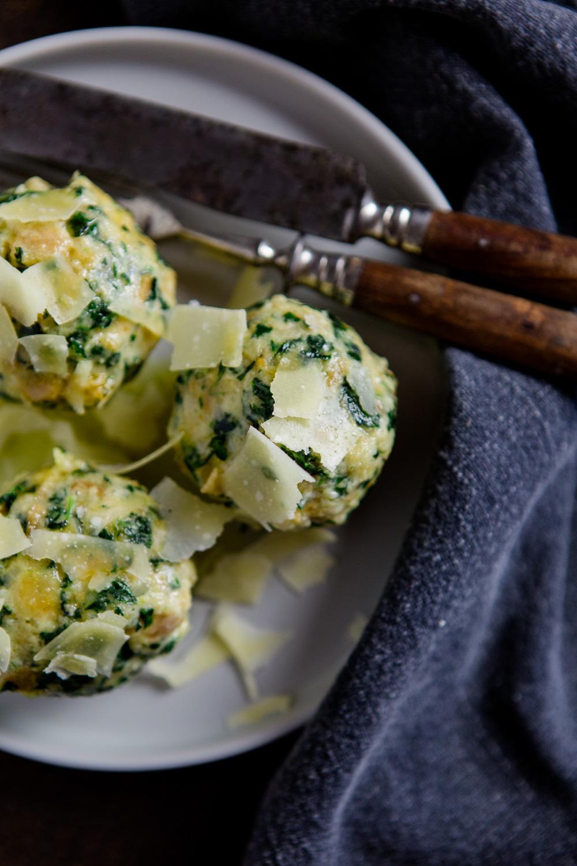 Spinatknödel mit zerlassener Butter und Parmesan - https://kuechenchaotin.de
