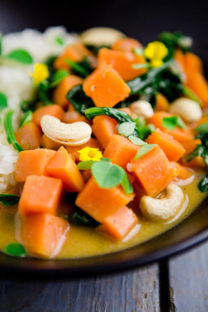 Süßkartoffelcurry mit Spinat und Cashews - http://kuechenchaotin.de