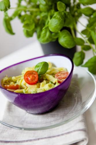 Tagliatelle mit Avocadopesto und Kirschtomaten - kuechenchaotin.de