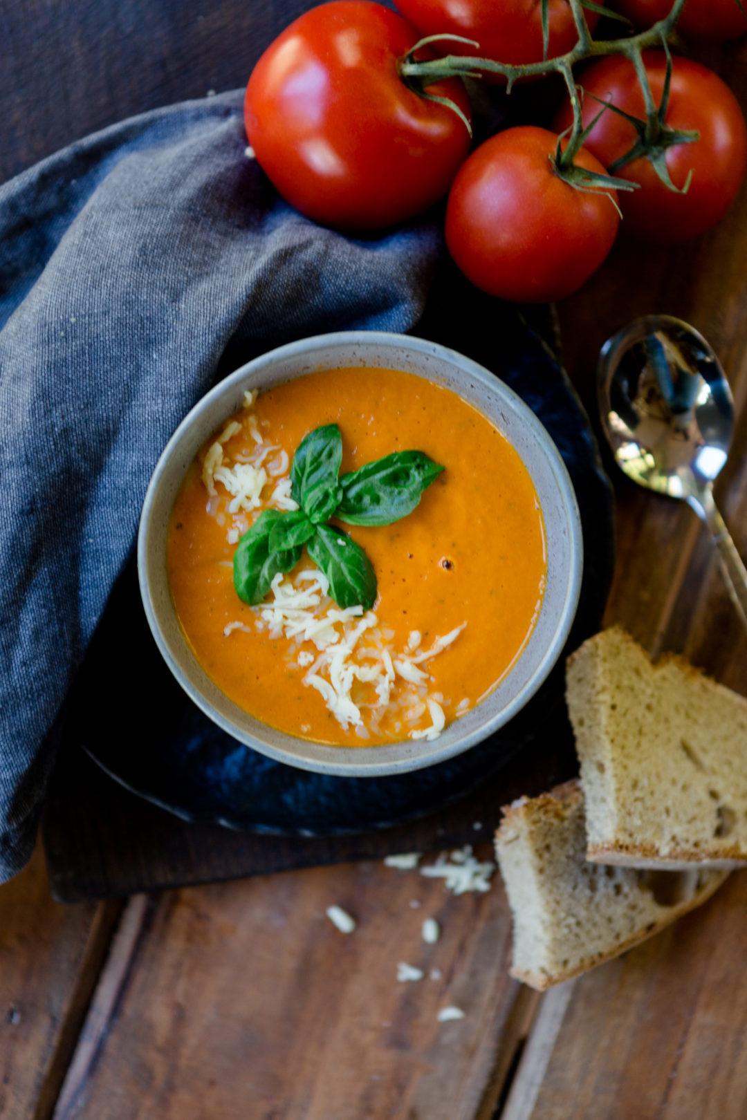 Tomatensuppe aus dem Ofen mit Mozzarella - http://kuechenchaotin.de