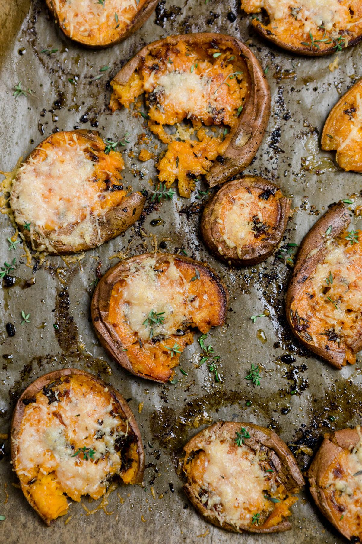 Zerdrückte Süßkartoffeln aus dem Ofen mit Butter, Knoblauch - http://kuechenchaotin.de