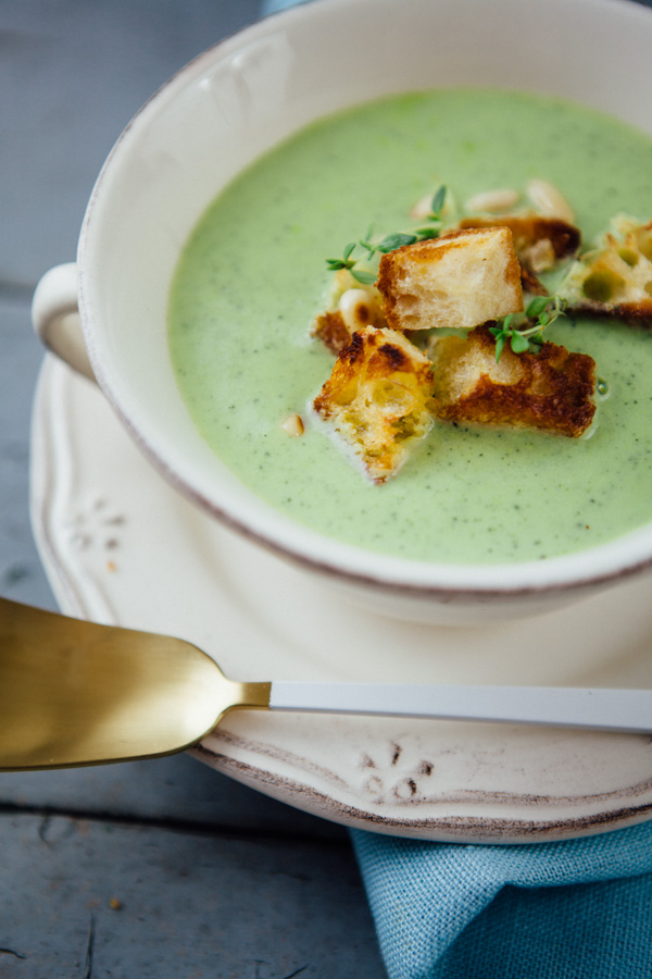 Zucchini-Cremesuppe mit Thymian, Pinienkernen und Ciabatta-Knoblauch-Croutons - www.kuechenchaotin.de
