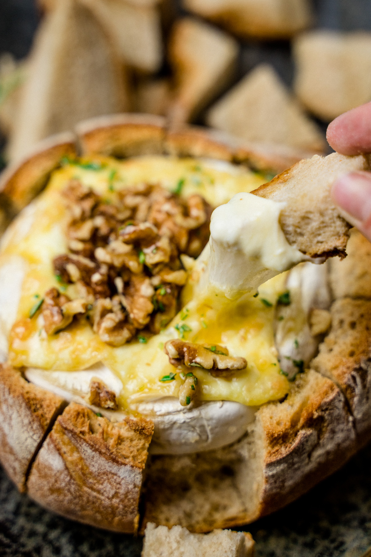 Gebackener Camembert im Brot mit Honig und Walnüssen - kuechenchaotin.de