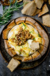 Gebackener Camembert im Brot mit Honig und Walnüssen - gebackener Brie mal anders