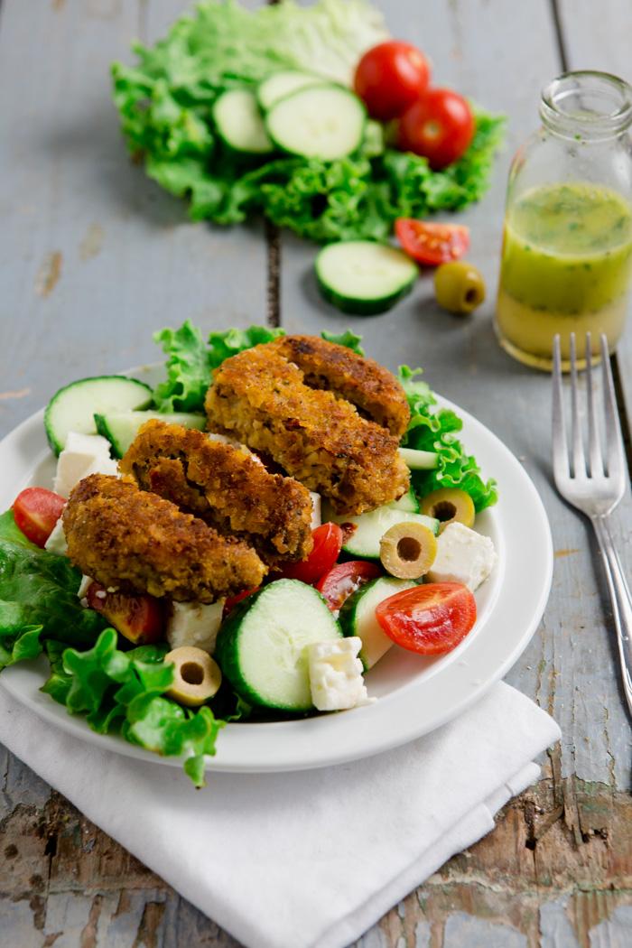 Griechischer Salat mit Dressing und Pfannentalern - www.kuechenchaotin.de