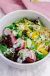 Knallbunte Salat-Bowl mit Quinoa, Kidneybohnen und Joghurt-Dressing - für den Durchhänger an heißen Nachmittagen