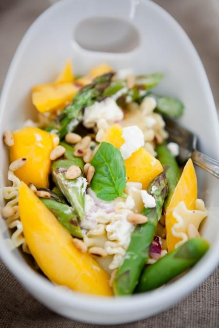 lauwarmer Spargel-Mango-Salat